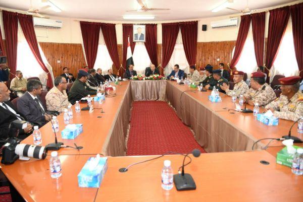 الرئيس يعقد اجتماعاً بالقيادات العسكرية والأمنية بمدينة سيئون