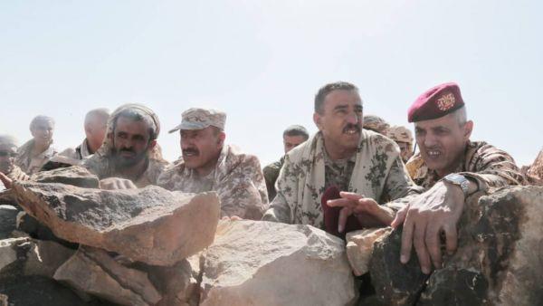 قيادات عسكرية تزور أبطال الجيش الوطني في مديرية نهم شرق صنعاء