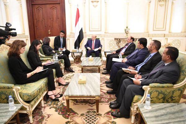 """بحضور نائبه.. الرئيس هادي يلتقي مسؤولة أممية لبحث """"تجاوزات غريفيث"""""""