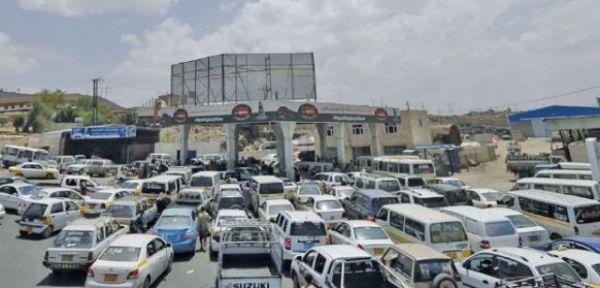 أزمة وقود مفتعلة تشل الحياة في العاصمة صنعاء للأسبوع الثالث