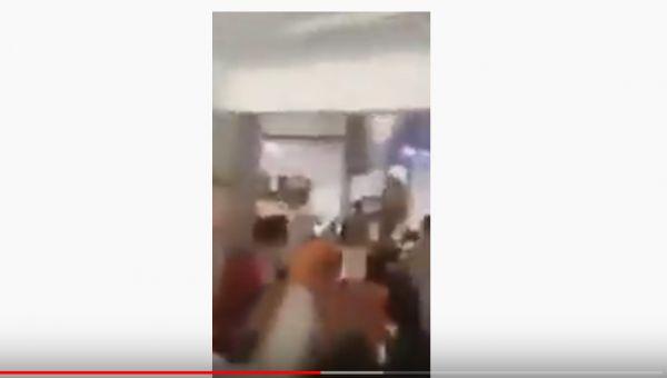 هتفوا: بالروح بالدم نفديك يايمن.. المصلون ينتفضون بوجه خطيب حوثي بصنعاء (فيديو)