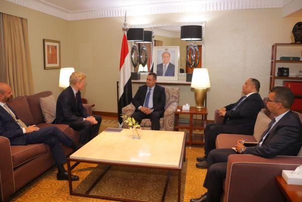 الحكومة تبادر لإنهاء أزمة المشتقات المفتعلة من الحوثيين وتضع حلول بشأن مرتبات الموظفين