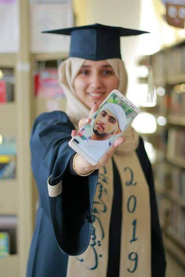 في حفل تخرجها.. فتاة يمنية ترفع صورة خطيبها المختطف لدى الحوثيين