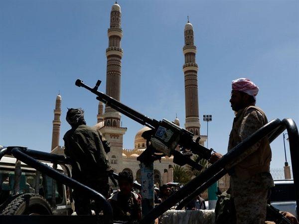 الحوثيون يعتدون على طالب مع زوجته الكفيفة في جامعة صنعاء