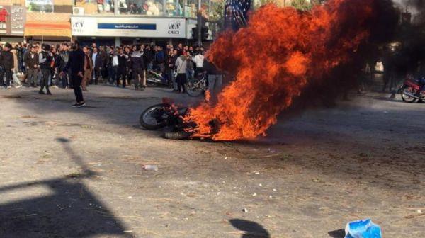 احتجاجات إيران تمتد إلى عشرات المدن