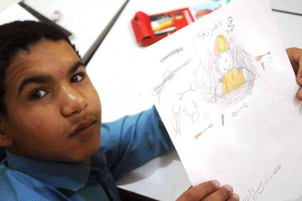 """ما بين التسول ومتارس القتال..  قصة الطفل """"محمد راجح"""" الذي عاني من استغلال والده وتجنيد الحوثيين"""