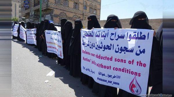 """""""أمهات المختطفين"""" تندد بمقتل مخفي قسرياً تحت التعذيب في سجون سرية لمليشيات الحوثي"""