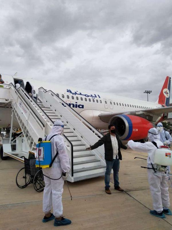 وصول أول رحلة لليمنيين العالقين بالخارج الى مطار سيئون