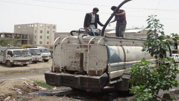 """صنعاء: أزمات الحوثيين ترفع أسعار """"وايتات الماء"""" ومعاناة شديدة للمواطنين"""