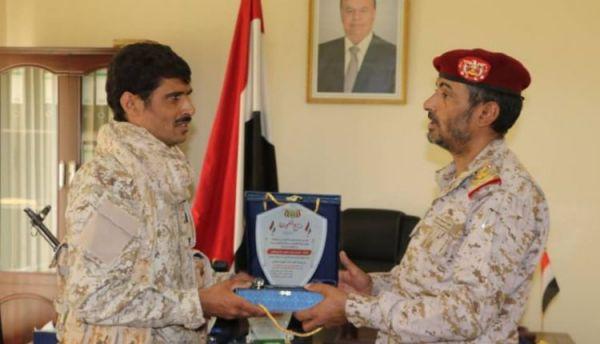 رئاسة الأركان تكرم عدداً من أبطال الجيش بدرع الشجاعة