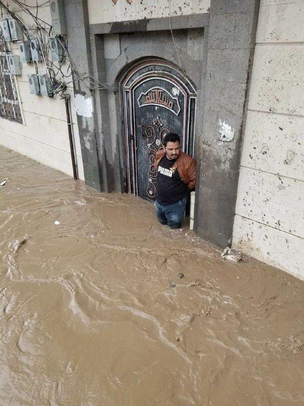 """السيول الكثيفة تغرق أحياء وتجرف منازل بصنعاء والسكان يستغيثون """"صور"""""""