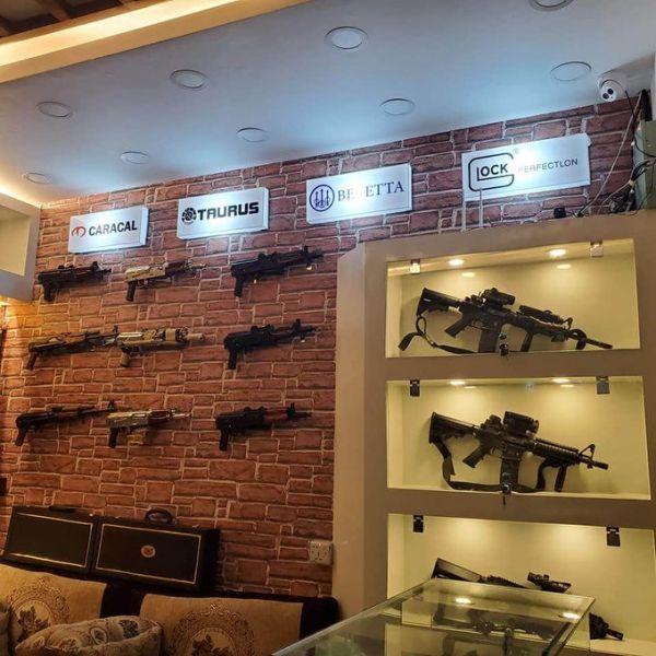 """متجر حوثي فخم بصنعاء لبيع أصناف باهظة الثمن من الأسلحة""""صور"""""""