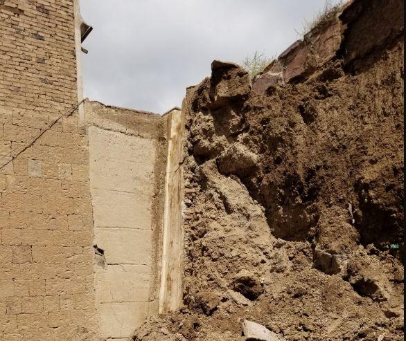 """بسبب الأمطار.. انهيارات في السور الجنوبي لـ""""صنعاء القديمة"""""""