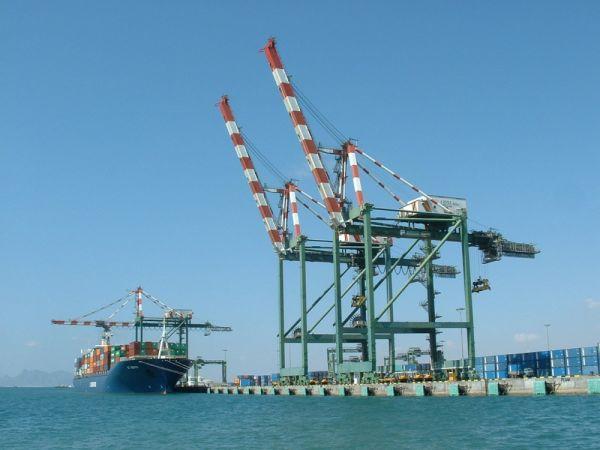 ميناء عدن ينفي مزاعم وجود شحنة نترات الأمونيوم والنائب العام يوجه بالتحقيق