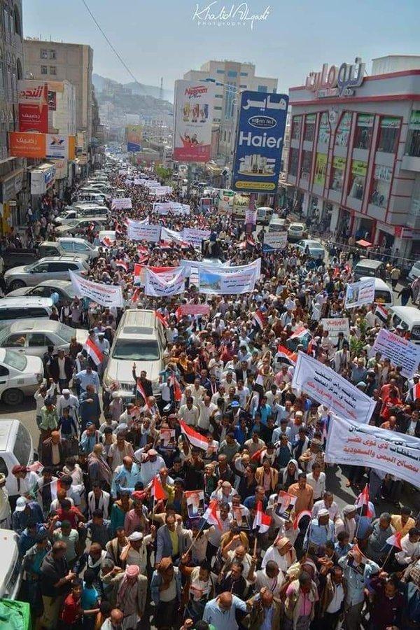 """الآلاف يتظاهرون في تعز تأييداً للشرعية ورفضاً لخرافة """"الولاية"""" الكهنوتية"""