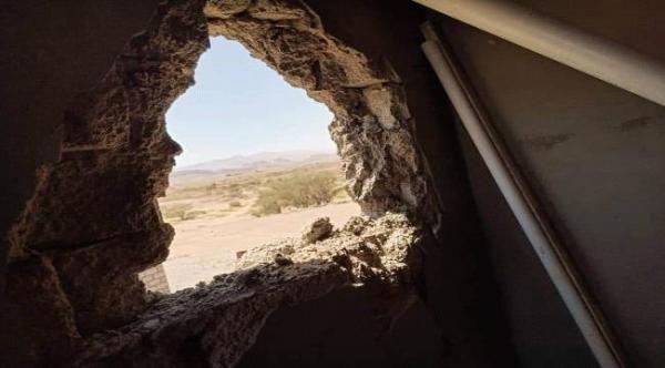 محدثة أضراراً كبيرة في المنازل.. (الحوثية) تقصف بالمدفعية قرى في مديرية مدغل بمأرب