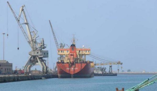"""وصول 3 سفن نفطية الى ميناء الحديدة و""""الاقتصادي"""" يفند مزاعم المليشيات مجدداً"""