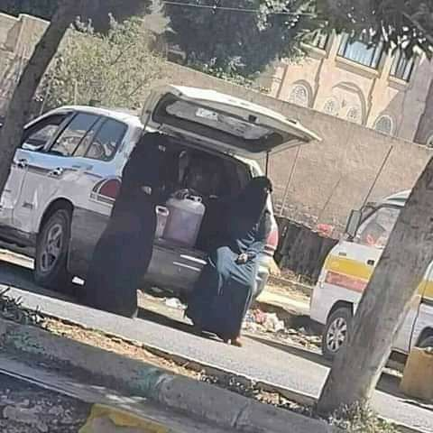 """أزمة مشتقات نفطية """"مفتعلة"""" بصنعاء بعد أيام من دخول سفن الوقود عبر الحديدة"""