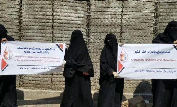 """رابطة حقوقية تدين مايتعرض له الصحفي""""المنصوري"""" وزملائه في سجون الحوثيين"""