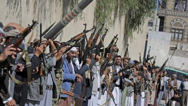 التشييع بالقوة.. (الحوثية) تلجأ إلى المدارس لتشييع أحد قادتها وطلاب يرفضون