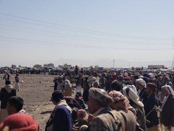 """توتر وتواصل الحشد المسلح.. مليشيات الحوثي تلجأ للوساطة مع قبائل أرحب على خلفية مقتل """"أبو نشطان"""" وعائلته (صور)"""