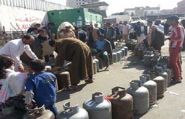 التبرع للمجهود الحربي مقابل الحصول على أسطوانة الغاز .. مليشيا الحوثي تواصل افتعال الأزمات المعيشية