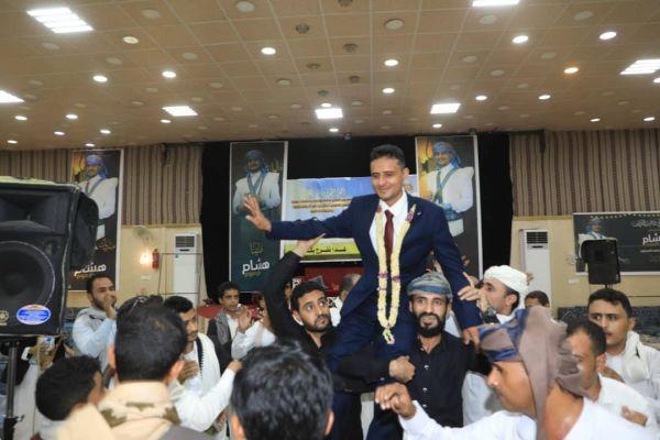 """اكتملت بمأرب.. الصحفي """"طرموم"""" وفرحة زواج على أمل نجاة زملائه الصحفيين في سجون """"الحوثي"""" بصنعاء"""