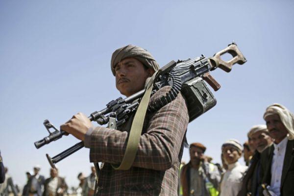 تحذيرات من تبعات إحالة مليشيا الحوثي لـ 160 ألف موظف للتقاعد الإجباري