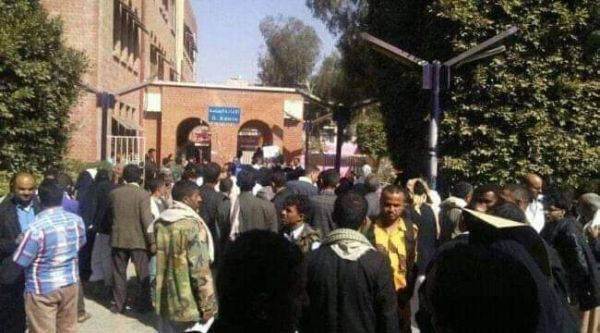 """احتجاجات متصاعدة.. موظفو مستشفى """"الثورة"""" بصنعاء يضيقون ذرعاً من تعسفات وفساد السلالي """"جحاف"""""""