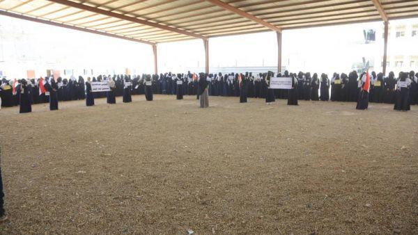 """مأرب.. نساء ينددن بصمت المجتمع الدولي تجاه جرائم الحوثي وحصاره للمدنيين بـ """"العبدية"""""""