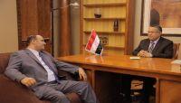رئيس الوزراء يطمئن على صحة أمين العاصمة اللواء عبدالغني جميل
