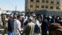 موظفو مصلحة الضرائب بصنعاء بين عقابين.. قطع المرتبات وتعسفات الحوثيين