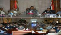 """على الطريقة الخمينية.. زعيم الحوثيين يخاطب """"موظفي الدولة"""" عبر شاشات متلفزة"""