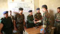 شرطة مأرب تُكرم جنود تمكنوا من ضبط شحنة أسلحة مهربة للحوثيين قبل يومين