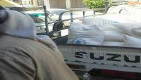 الحوثيون يواصلون بيع المواد الغذائية المخصصة للنازحين في السوق السوداء