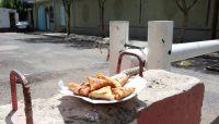 """أمهات المختطفين تترك """"سمبوسة"""" على أبواب المنظمات بصنعاء احتجاجًا على """"خذلانها"""""""