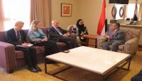 """خلال لقاءه السفير البريطاني.. بن دغر يطالب بإطلاق سراح """"قحطان"""" ورفاقه المختطفين في سجون الحوثيين"""
