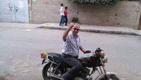 انقطاع المرتبات تدفع أكاديميا بجامعة صنعاء للعمل في قيادة دراجة نارية (صورة)