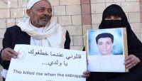 """في وقفة احتجاجية.. أمهات المختطفين تستنكر وفاة المختطف """"اللحجي"""" في سجون الحوثيين"""