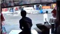 بالفيديو: مسلح يقتل جيرانه بصنعاء ويتجول بحرية في مسرح الجريمة