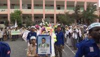 لاستقطاب الطلاب.. مليشيات الحوثي تنفذ برامج و تدريبات قتالية في ساحات المدارس بصنعاء