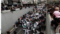 الآلاف يواصلون التظاهر في الجزائر ومطالبات بتحييد الجيش