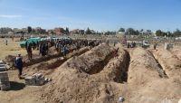 الحوثيون يدفنون 71 جثة لأسرى ومختطفين من ضحايا كلية المجتمع بذمار