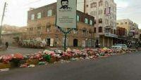 """سكان العاصمة صنعاء يشكون من """"تكدس النفايات"""".. والحوثية منشغلة بالنهب والثراء"""