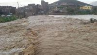 صنعاء.. السيول الكثيفة تداهم منازل ومحلات تجارية وتجرف أشخاص وممتلكات (صور)