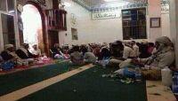 """مليشيات الحوثي تواصل منع """"التراويح"""" وتحول المساجد الى مقايل للقات"""