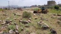 """(الحوثية) تعتدي على مقبرة جنوب العاصمة ومواطنون: جريمة بحق """"الموتى"""""""