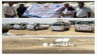 هيئة محلية تدشن مشروعاً لتوزيع خزانات المياه للأسر النازحة بمأرب