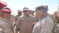 مشيداً بانتصاراتهم.. رئيس الأركان يتفقد أبطال الجيش في الخطوط الأمامية في الجوف