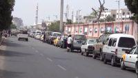 أزمة مشتقات جديدة في العاصمة أوصلت الأسعار إلى الضعف ومواطنون: الحوثي يفتعلها